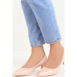 Różowe Czółenka Complicated. Czerwone buty ślubne damskie marki Born2be, ze szpiczastym noskiem, na niskim obcasie, na szpilce. Za 59,99 zł.