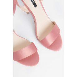 Sandały damskie: Satynowe sandały na szpilce