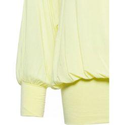 BLUZKA Z SZEROKIMI MANKIETAMI. Białe bluzki longsleeves Yups, s, z wiskozy, klasyczne, z dekoltem w serek. Za 49,99 zł.