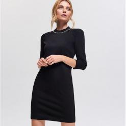 Sukienka z zabudowanym dekoltem - Czarny. Czarne sukienki z falbanami marki Reserved, l. Za 99,99 zł.