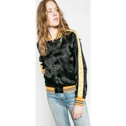 Wrangler - Kurtka. Szare kurtki damskie marki Wrangler, na co dzień, m, z nadrukiem, casualowe, z okrągłym kołnierzem, mini, proste. W wyprzedaży za 199,90 zł.