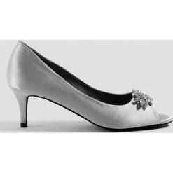 Buty ślubne damskie: NA-KD Shoes Zdobione czółenka z odkrytymi palcami - Grey,Silver
