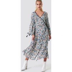 Glamorous Kopertowa sukienka maxi w kwiaty - Multicolor. Brązowe długie sukienki marki Mohito, l, z kopertowym dekoltem, kopertowe. W wyprzedaży za 97,18 zł.