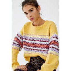 Żakardowy sweter ze wzorami z przodu. Niebieskie swetry klasyczne damskie marki Pull&Bear. Za 99,90 zł.