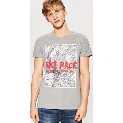 T-shirty męskie: T-shirt z dużym nadrukiem z przodu – Szary