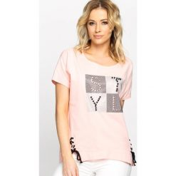 Różowy T-shirt Capital Letters. Czerwone bluzki damskie marki Born2be, l. Za 29,99 zł.