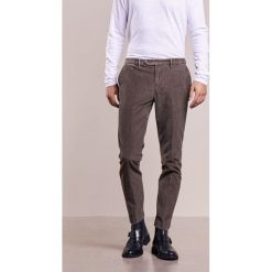Hackett London ASHBY SLIM  Spodnie materiałowe taupe. Brązowe chinosy męskie marki Hackett London, z bawełny. W wyprzedaży za 575,20 zł.