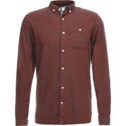 Knowledge Cotton Apparel SLIM FIT Koszula decadent chokolade. Czerwone koszule męskie slim Knowledge Cotton Apparel, m, z bawełny. Za 399,00 zł.