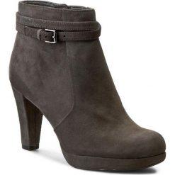 Botki CLARKS - Kendra Shell 261110184 Dark Grey Suede. Szare buty zimowe damskie Clarks, ze skóry, eleganckie, na obcasie, z paskami. W wyprzedaży za 269,00 zł.