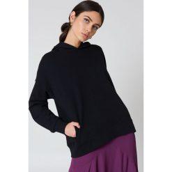 Bluzy rozpinane damskie: NA-KD Urban Bluza z kapturem z drapowanym rękawem - Black