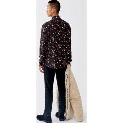 Koszula ze zwierzęcym wzorem i długim rękawem. Czerwone koszule męskie na spinki Pull&Bear, m, z motywem zwierzęcym, z długim rękawem. Za 99,90 zł.