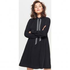 Sukienka z ozdobną taśmą - Czarny. Czarne sukienki z falbanami marki Cropp, l. Za 89,99 zł.