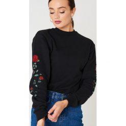 Bluzy rozpinane damskie: NA-KD Bluza z wyszywanymi różami na rękawach - Black