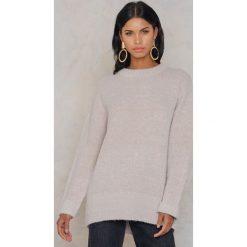 Rut&Circle Sweter Vera - Beige. Zielone swetry klasyczne damskie marki Rut&Circle, z dzianiny, z okrągłym kołnierzem. W wyprzedaży za 55,48 zł.