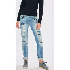 Guess Jeans - Jeansy Starlet. Niebieskie jeansy damskie rurki marki Guess Jeans, z aplikacjami, z bawełny, z obniżonym stanem. W wyprzedaży za 399,90 zł.