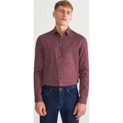 Koszula slim fit z drobnym wzorem - Bordowy. Czerwone koszule męskie slim marki Reserved, m, z tkaniny. Za 99,99 zł.