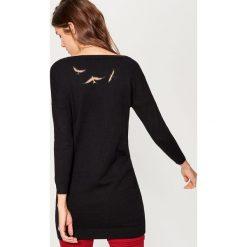 Swetry klasyczne damskie: Długi sweter z aplikacją na plecach – Czarny