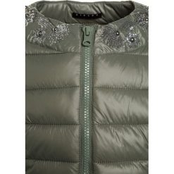 Sisley Kurtka przejściowa khaki. Brązowe kurtki chłopięce przejściowe Sisley, z materiału. W wyprzedaży za 179,10 zł.