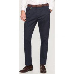 Chinosy męskie: Spodnie z kantem chino carrot fit – Granatowy