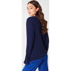 Swetry oversize damskie: Josefin Ekström for NA-KD Sweter z głębokim dekoltem V – Blue,Navy