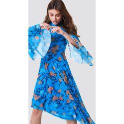 NA-KD Boho Siateczkowa sukienka z rozszerzanym rękawem - Blue. Niebieskie długie sukienki marki NA-KD Boho, na imprezę, w koronkowe wzory, z koronki, boho, na ramiączkach. W wyprzedaży za 97,18 zł.