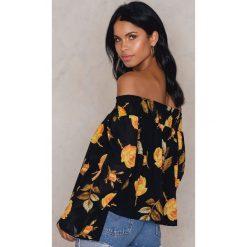 Bluzki asymetryczne: NA-KD Boho Bluzka z odkrytymi ramionami w kwiatowy wzór - Black,Multicolor