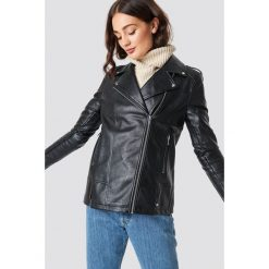 NA-KD Oversizowa kurtka z syntetycznej skóry - Black. Czarne kurtki damskie NA-KD, z materiału. Za 404,95 zł.