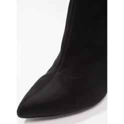Glamorous Kozaki na obcasie black. Różowe buty zimowe damskie marki Glamorous, z nadrukiem, z asymetrycznym kołnierzem, asymetryczne. W wyprzedaży za 199,20 zł.