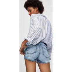 Jeansowe spodenki push up ze średnim stanem. Szare szorty jeansowe damskie marki Pull&Bear. Za 79,90 zł.