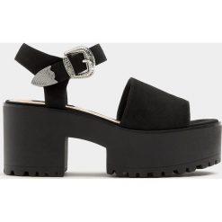 Sandały na obcasie ze sprzączką. Czarne sandały damskie Pull&Bear, na obcasie. Za 139,00 zł.