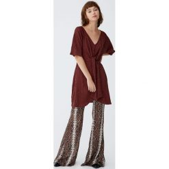 Sukienka z muślinu z węzłem. Niebieskie sukienki z falbanami marki Pull&Bear. Za 89,90 zł.