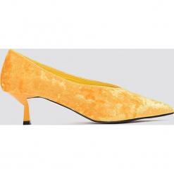 NA-KD Shoes Welurowe czółenka na niskim obcasie - Orange. Pomarańczowe buty ślubne damskie NA-KD Shoes, z weluru, na niskim obcasie. W wyprzedaży za 48,59 zł.