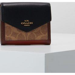 Coach SIGNATURE SMALL WALLET Portfel tan black. Brązowe portfele damskie marki Coach. Za 399,00 zł.