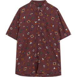 Bordowa wzorzysta koszula z krótkim rękawem. Czerwone koszule męskie marki Pull&Bear, m. Za 27,90 zł.