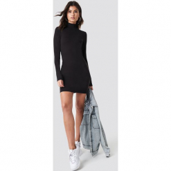 Nicki x NA-KD Dopasowana sukienka z golfem - Black. Czarne długie sukienki marki Nicki x NA-KD, z golfem, z długim rękawem, dopasowane. Za 161,95 zł.