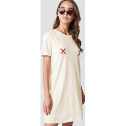 NA-KD Sukienka T-shirt Double X - Beige. Szare sukienki na komunię marki NA-KD, z bawełny, z podwyższonym stanem. Za 80,95 zł.