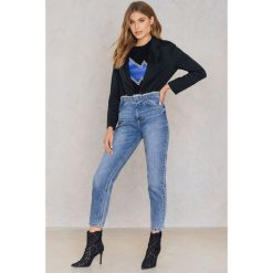 NA-KD Jeansy z surowym wykończeniem w talii - Blue. Niebieskie proste jeansy damskie NA-KD, z bawełny. W wyprzedaży za 73,58 zł.