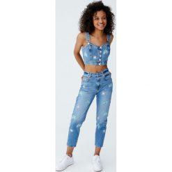 Jeansy mom fit z haftowanymi kwiatami. Niebieskie jeansy damskie relaxed fit marki Reserved. Za 96,90 zł.