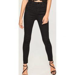 Jeansy z wysokim stanem - Czarny. Czarne spodnie z wysokim stanem marki Reserved, z jeansu. Za 99,99 zł.