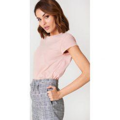NA-KD Basic T-shirt z surowym wykończeniem - Pink. Różowe t-shirty damskie marki NA-KD Basic, z bawełny. Za 23,95 zł.