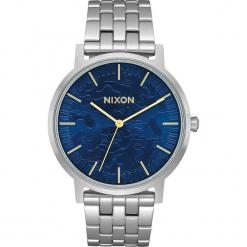 """Zegarek kwarcowy """"Porter"""" w kolorze srebrno-niebieskim. Szare, analogowe zegarki męskie marki Nixon, ze stali. W wyprzedaży za 227,95 zł."""