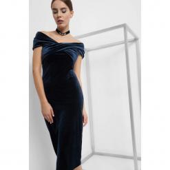 Welurowa sukienka carmen. Niebieskie sukienki balowe Orsay, z dzianiny, z kołnierzem typu carmen, z krótkim rękawem, midi, dopasowane. Za 139,99 zł.