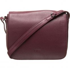 """Skórzana torebka """"Lady Top 12"""" w kolorze bordowym - 25 x 20 x 8 cm. Czerwone torebki klasyczne damskie BREE, w paski, z materiału. W wyprzedaży za 500,95 zł."""