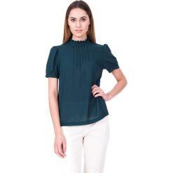 Bluzki asymetryczne: Zielona elegancka bluzka z krótkim rękawem oraz zdobieniem na przodzie BIALCON