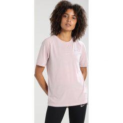 Nike Performance BREATHE TAILWIND Tshirt basic particle rose/reflective silver. Czerwone topy sportowe damskie marki Nike Performance, xl, z bawełny. W wyprzedaży za 143,10 zł.