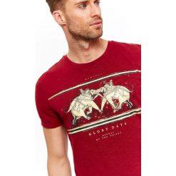 T-SHIRT MĘSKI Z DZIANINY SLUB Z NADRUKIEM. Czerwone t-shirty męskie z nadrukiem marki Top Secret, na lato, m, z dzianiny. Za 19,99 zł.