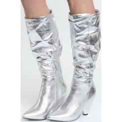 Srebrne Kozaki Good Memories. Szare buty zimowe damskie Born2be, przed kolano, na niskim obcasie. Za 169,99 zł.