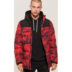 Pikowana kurtka camo - Czerwony. Czarne kurtki męskie pikowane marki House, l, z nadrukiem. Za 299,99 zł.