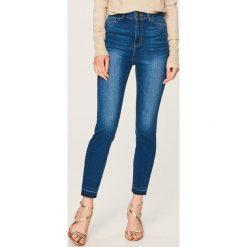 Jeansy z wysokim stanem - Niebieski. Niebieskie spodnie z wysokim stanem Reserved, z jeansu. W wyprzedaży za 49,99 zł.