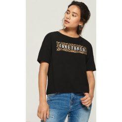 T-shirty damskie: T-shirt z napisem i zwierzęcym motywem - Czarny